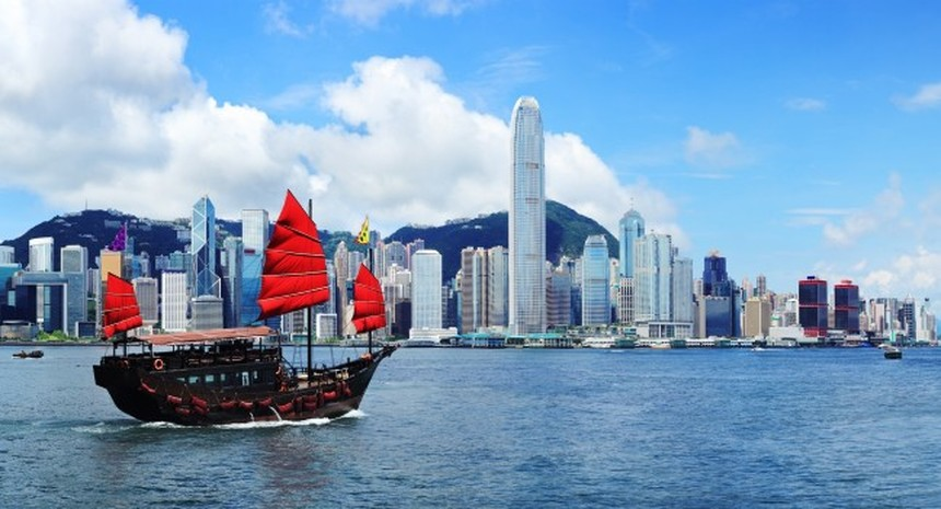 Return flights from Barcelona to Hong Kong for only 397 €