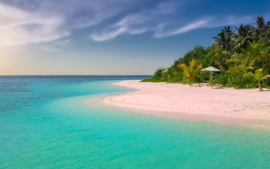 Round-trip flights from Dublin to Grand Cayman on sale for 412 €